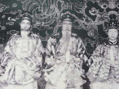 Ảnh chụp vua Khải Định bên cạnh các vị quan cố vấn.