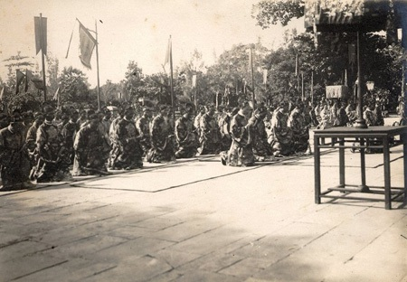 Quan lại triều Nguyễn trước điện Thái Hòa.
