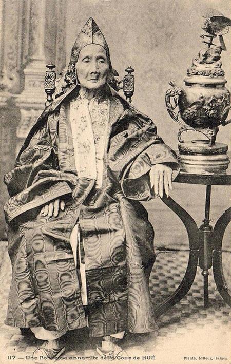 Một vương phi già trong triều đình Huế.