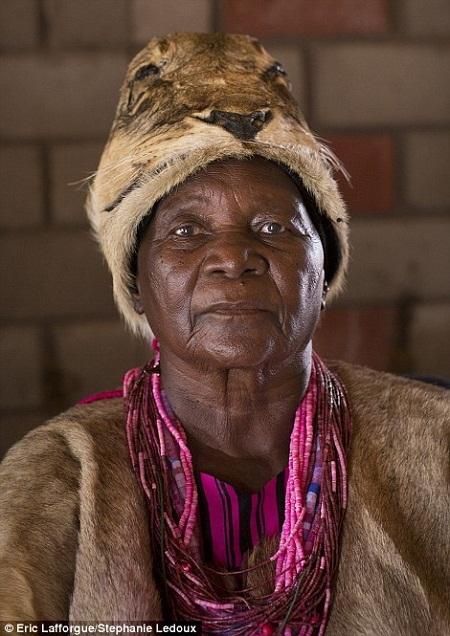 Nữ hoàng thường mặc trang phục truyền thống được may bằng da sư tử.