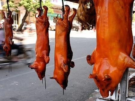 Một cửa hàng bán thịt lợn quay ở thủ đô Phnom Penh, Campuchia. (Ảnh: Mark Ikin)