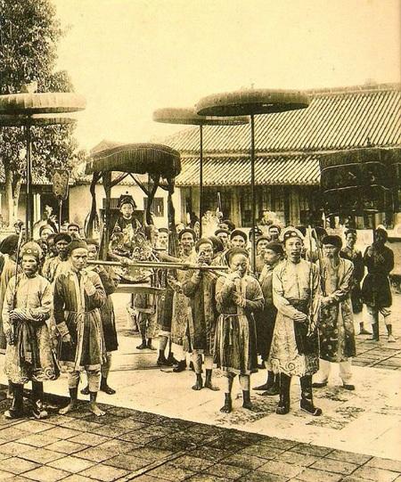 Vị vua trẻ tuổi Duy Tân ngồi trên lọng, ảnh chụp năm 1907.