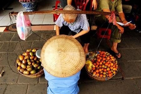 Người phụ nữ bán hoa quả rong ở Việt Nam. (Ảnh: Shawn Hughes)
