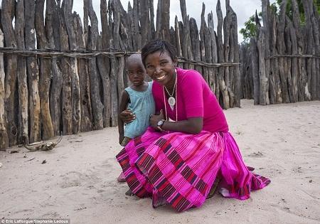 Chiếc vòng cổ truyền thống của phụ nữ Okwanyama được kết từ vỏ ốc.