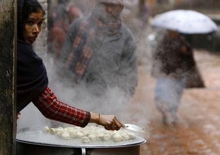 Một người bán bánh bao trên hè phố Nepal. (Ảnh: Prakash Mathema)