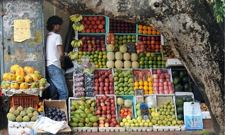 Cửa hàng bán hoa quả ở Mumbai, Ấn Độ. (Ảnh: Punit Paranjpe)