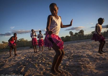 Những cô bé người Okwanyama đang nhảy múa.