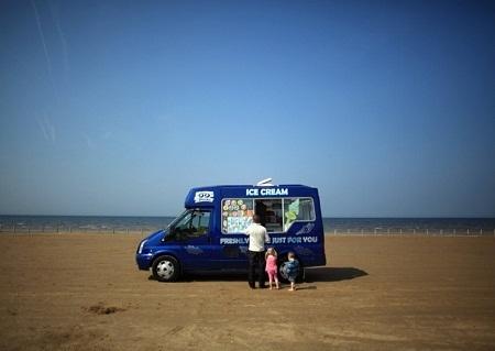Cửa hàng bán kem di động đậu trên bãi biển Ainsdale, Anh. (Ảnh: Christopher Furlong)
