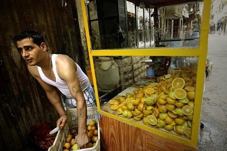 Người đàn ông Palestine bán nước cam vắt. (Ảnh: Joseph Eid)