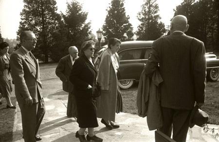 Đoàn người đưa tiễn đi qua chiếc xe chở linh cữu của Einstein từ Princeton.