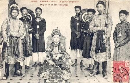 Vua Duy Tân chụp cùng quan lại trong triều năm 1907.