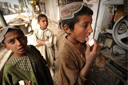 Những cậu bé Afghanistan ăn sữa chua. (Ảnh: Peter Parks)