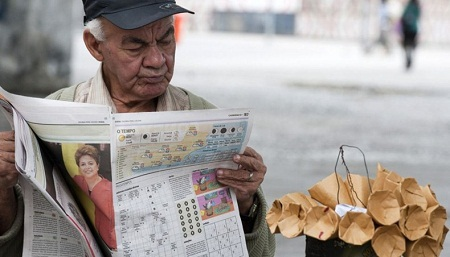 Một người bán đậu phộng ở Rio de Janeiro, Brazil. (Ảnh: Antonio Scorza)
