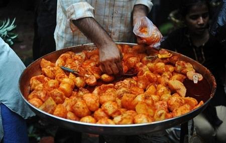 Cửa hàng bán món khoai tây tẩm ướp ở Ấn Độ. (Ảnh: Sajjad Hussain)
