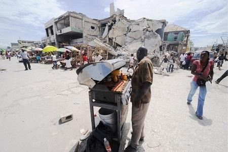 Người đàn ông bán xúc xích trên đường phố Haiti. (Ảnh: Thony Belizaire)