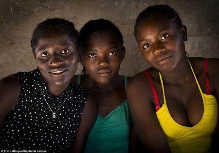 Phụ nữ ở bộ lạc Okwanyama.