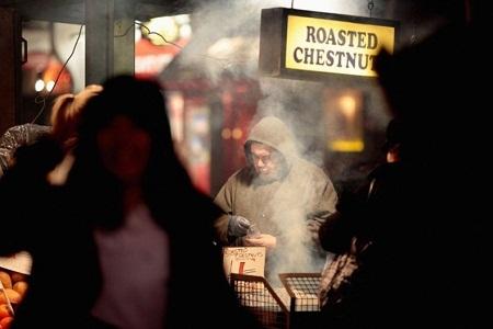 Người đàn ông bán hạt dẻ nóng ở thành phố London, Anh. (Ảnh: Dan Kitwood)