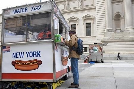 Những cửa hàng bán bánh mì kẹp xúc xích ở New York, Mỹ. (Ảnh: Don Emmert)