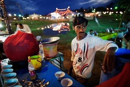 Một người bán hàng ăn ở Islamabad (Pakistan) đang chờ khách (Ảnh: Daniel Berehulak)