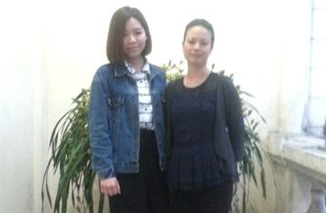Nghệ sĩ Sầm Thi (phải) và tác giả.
