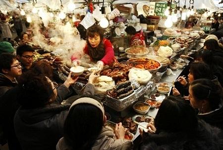 Một người bán hàng ăn ở thành phố Seoul, Hàn Quốc (Ảnh: Cho Seong Joon)