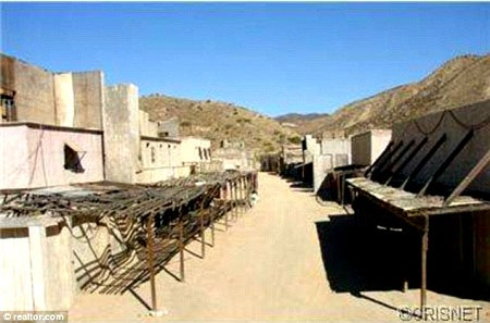 Trường quay được xây dựng với nhiều khu vực phục vụ cho những nhóm cảnh quay khác nhau.