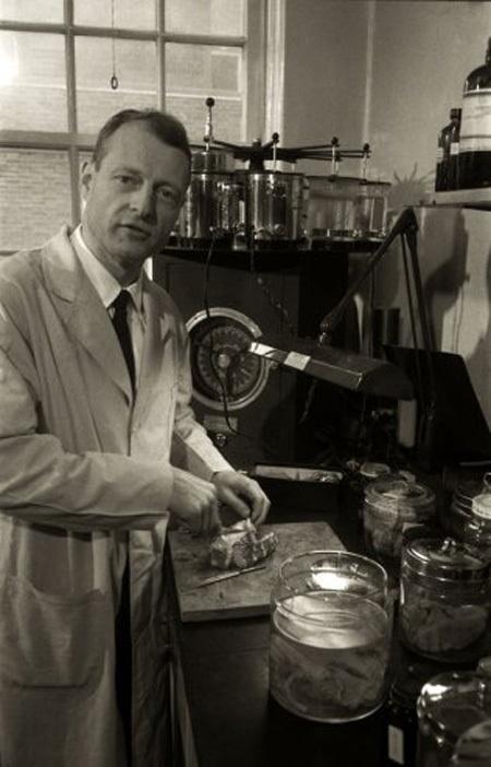 Thư ký của Albert Einstein, bà Helen Dukas, chuẩn bị theo đoàn xe hỏa táng tháng 4 năm 1955.