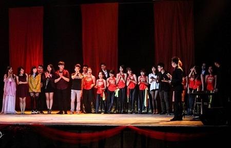 Toàn bộ diễn viên của vở kịch. (Ảnh: Lê Huy/Vietnam+)
