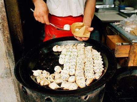 Người đàn ông bán bánh quy mặn ở thành phố Berlin, Đức. (Ảnh: Sean Gallup)