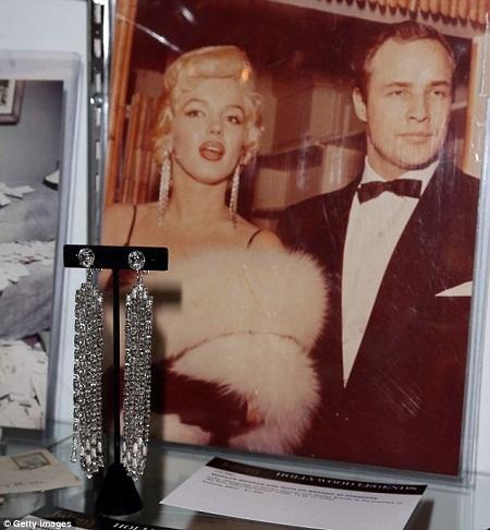 """Khuyên tai """"bèo"""" của Marilyn Monroe có giá 4 tỉ"""