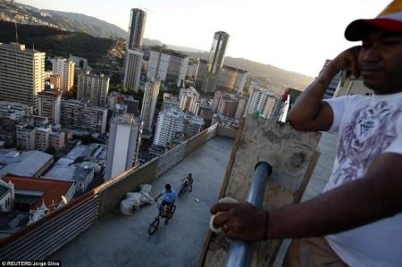Buổi chiều khi đi học về, những đứa trẻ đạp xe trên hành lang rộng của tòa nhà.