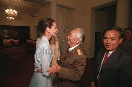 Trong chuyến đi này, nữ diễn viên còn gặp Đại tướng Võ Nguyên Giáp.