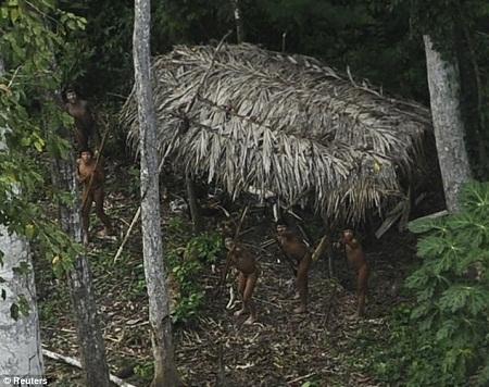 Tìm thấy bộ lạc vẫn sống như thời nguyên thủy