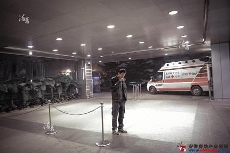 Zhang cùng người nhà của các hành khách bị mất tích cầu nguyện một phép màu.
