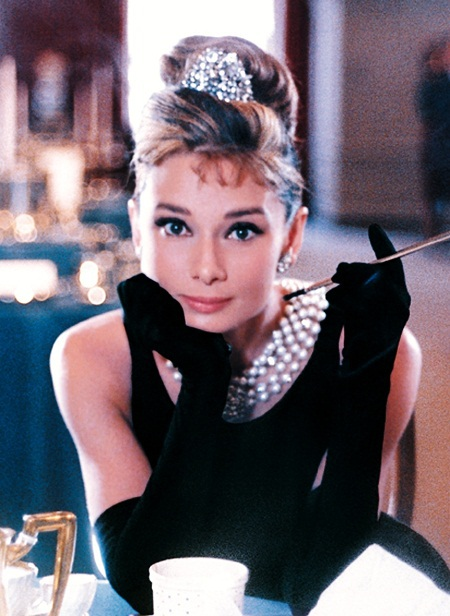 Hình ảnh minh tinh Audrey Hepburn đến Việt Nam và mặc váy thổ cẩm