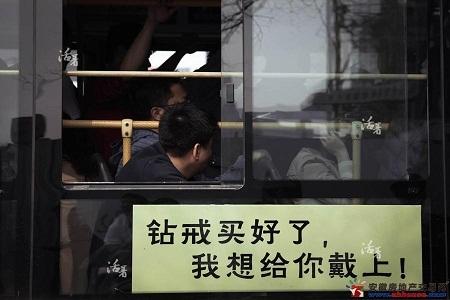 Chuyến xe chở người nhà của các hành khách mất tích.