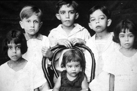 Gabriel Garcia Marquez (cậu bé cao nhất) chụp ảnh với các em.