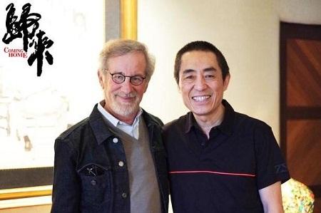 Đạo diễn Steven Spielberg (trái) và đạo diễn Trương Nghệ Mưu (phải).