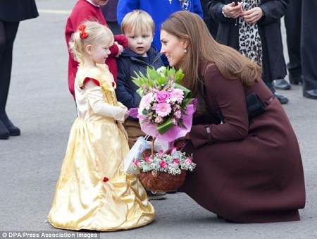 Công nương Kate nhận hoa từ một cô bé khi tới thăm thị trấn Grimbsy (Anh) năm 2013.