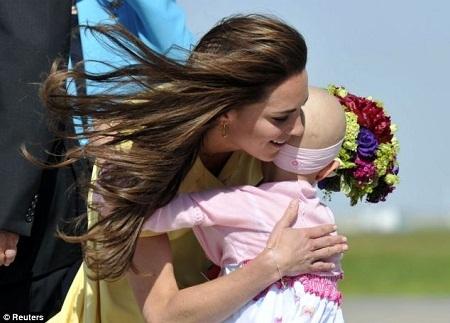 Công nương Kate đáp lại lời chào của một cô bé 6 tuổi trong chuyến viếng thăm Canada năm 2011.