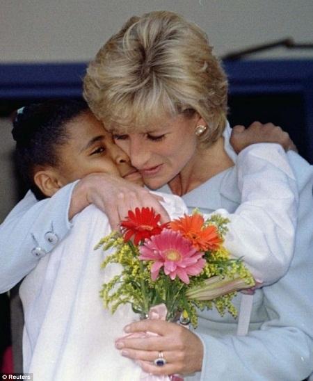 Công nương Diana bế một cô bé đang được điều trị trong bệnh viện ở thành phố Chicago (Mỹ) năm 1996.