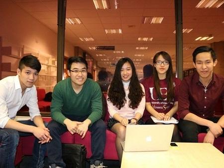Du học sinh Việt Nam tại Anh tích cực quyên góp ủng hộ các bệnh nhi mắc sởi. (Ảnh: Lê Huy/Vietnam+)
