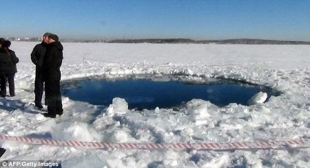 Thiên thạch rơi tạo ra một hố lớn trên hồ nước đóng băng nằm ở ngoại ô thành phố Chelyabinsk, Nga.