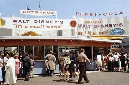 """""""It's a Small World"""" thu hút khách tham quan- Hội chợ Thế giới 1964."""