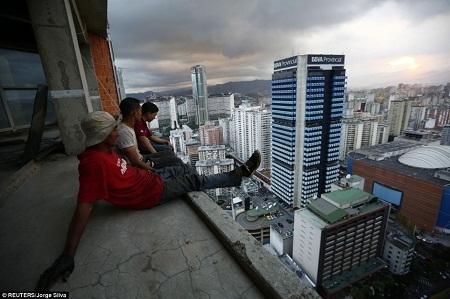 Những người đàn ông ngồi nghỉ sau khi thu lượm sắt thép bị bỏ lại trên tầng 30 của tòa tháp.