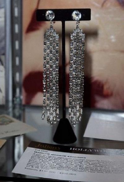 Cận cảnh đôi khuyên tai giả kim cương của Marilyn Monroe.