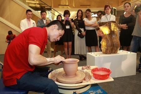 Nghệ nhân trực tiếp trình diễn quy trình nặn gốm tại triển lãm.