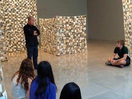 Nghệ sĩ Lê Quang Đỉnh giới thiệu với công chúng về các bức ảnh trưng bày trong buổi triển lãm.