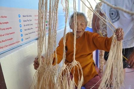Bà Nguyễn Thị Môn (90 tuổi) hơn 75 năm nay sống bằng nghề đan võng ngô đồng tại Cù Lao Chàm.