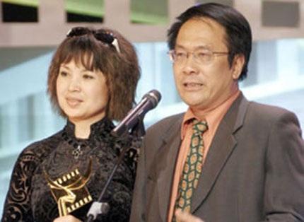 NSND Lan Hương hạnh phúc bên chồng.